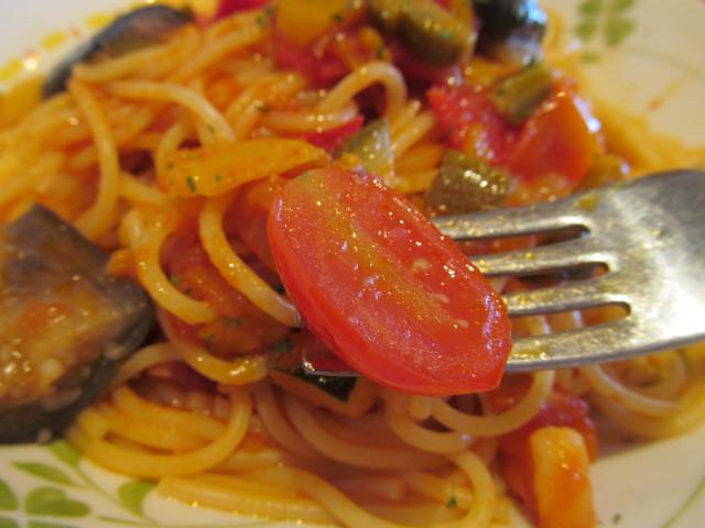サイゼリヤ彩り野菜のトマトソーススパゲッティのトマトを持ち上げ
