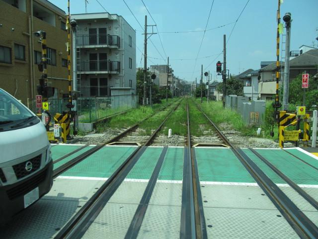 世田谷線の踏切を渡る等13系統一番バス