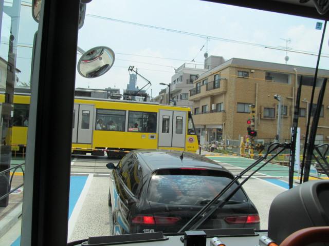 等13二番バスから見る下高井戸方面の世田谷線