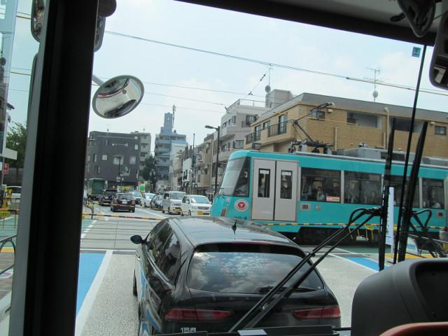 等13二番バスから見る三軒茶屋方面の世田谷線