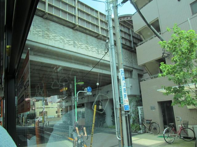 小田急線のガードをくぐる等13系統等々力発一番バス