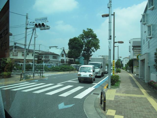 世田谷区役所西を右折する等13系統等々力発一番バス