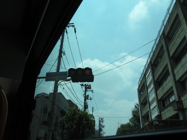 等13系統一番バス世田谷区役所前交差点を右折