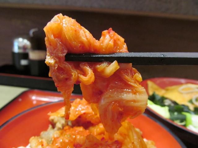 ミニ豚バラキムチ丼セットのキムチを持ち上げる