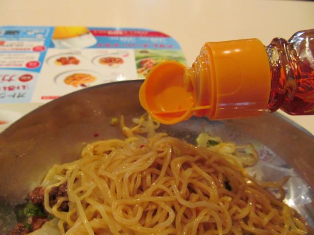 ガストピリ辛冷やしタンタン麺に辣油を投入