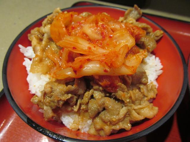 ミニ豚バラキムチ丼セット冷しきつねそば大盛の丼