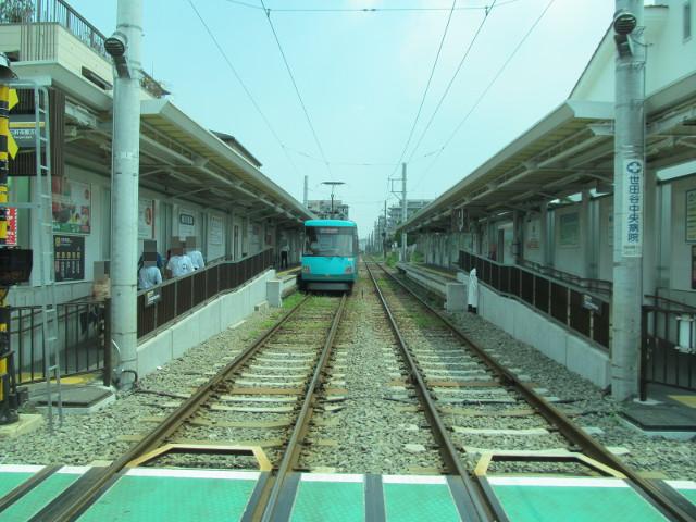 等13二番バスから見た世田谷駅と世田谷線