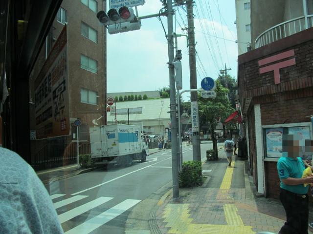 赤堤通りから梅ヶ丘駅ロータリーへ右折する等13系統等々力発一番バス