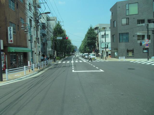 世田谷通りを渡る等13系統一番バス
