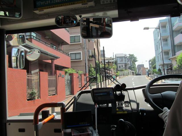 等13系統一番バス世田谷区役所方向へ進む