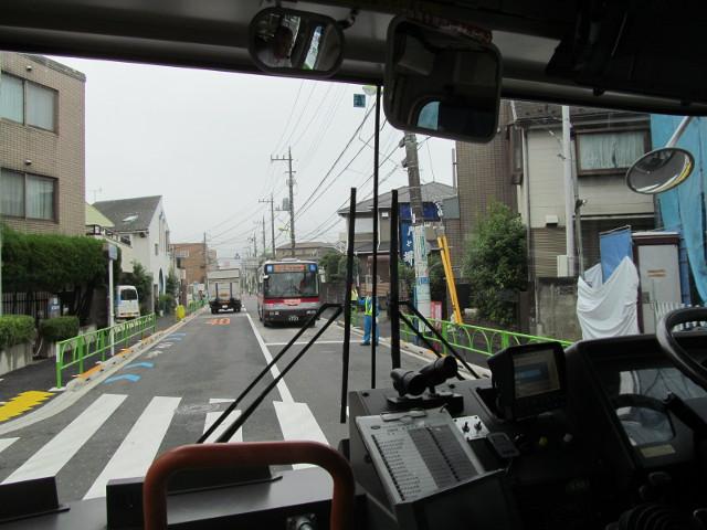 等々力方面一番バスから梅ヶ丘方面一番バスを見る