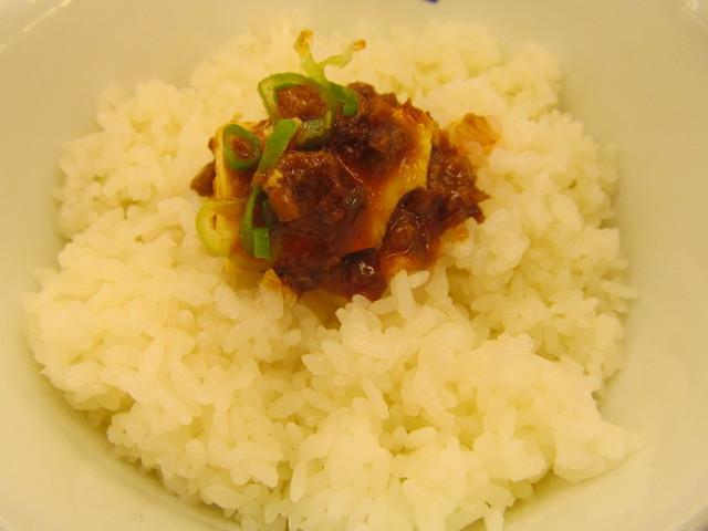 松屋四川風旨辛麻婆豆腐定食の麻婆豆腐をライスの上