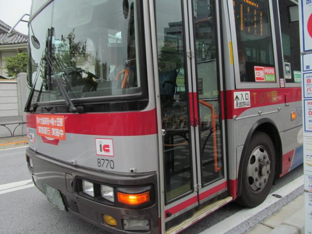 世田谷駅前バス停に到着する梅ヶ丘方面一番バス