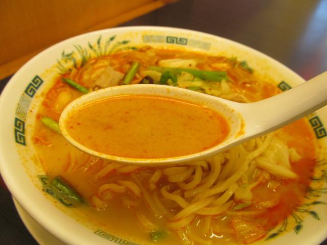 日高屋モツ野菜ラーメンのスープ持ち上げ