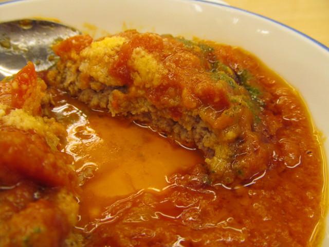 松屋トマトバジルハンバーグ定食のハンバーグの断面