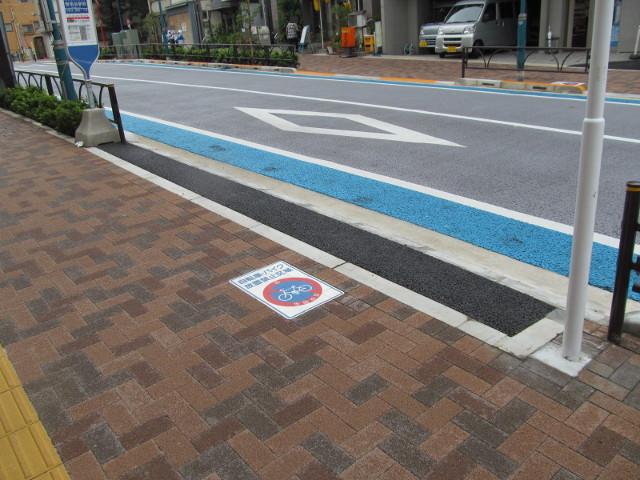 世田谷駅前バス停等々力方面地面の新しいアスファルト20150907