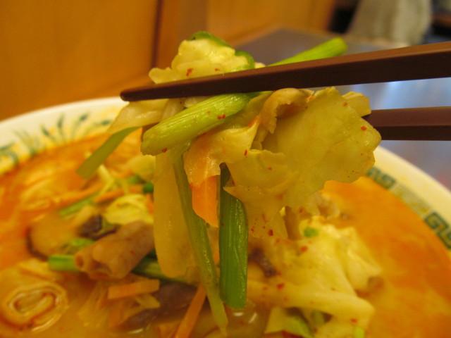 日高屋モツ野菜ラーメンの野菜持ち上げ