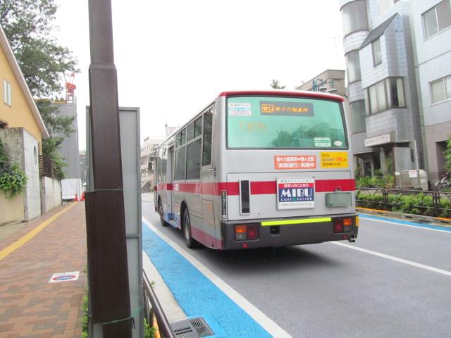 世田谷駅前バス停を発車していく等々力方面二番バス