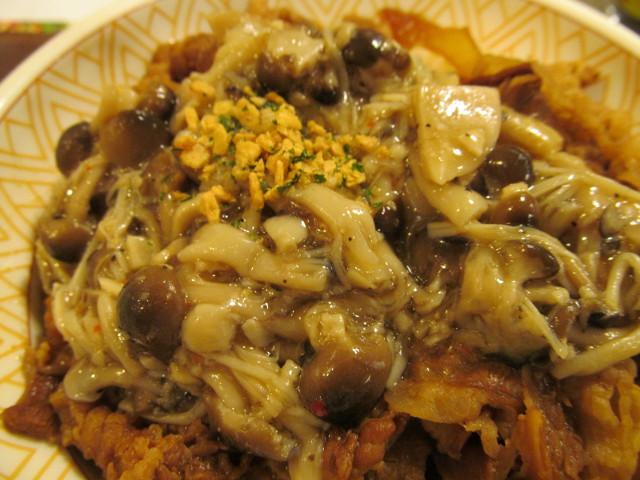 すき家きのこペペロンチーノ牛丼大盛のきのこペペロンチーノ