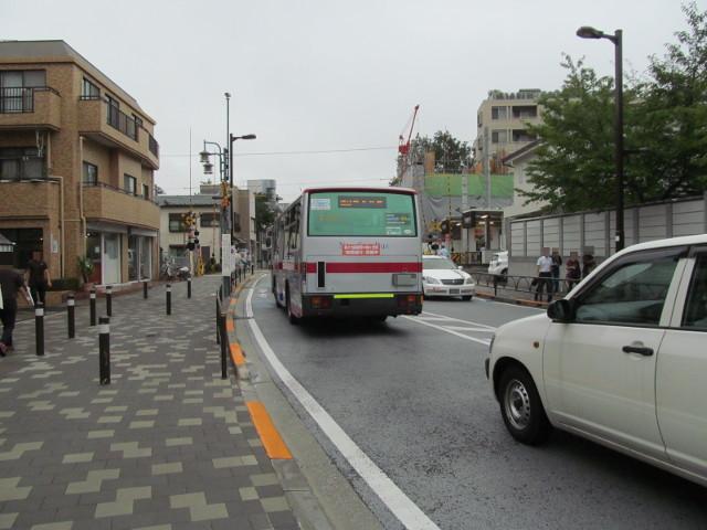 世田谷駅前バス停から発車していく梅ヶ丘方面二番バス