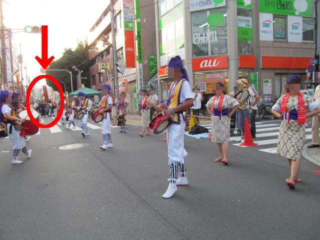 第29回アシバ祭の青年部エイサー隊に接近してくる上石神井琉球エイサー会