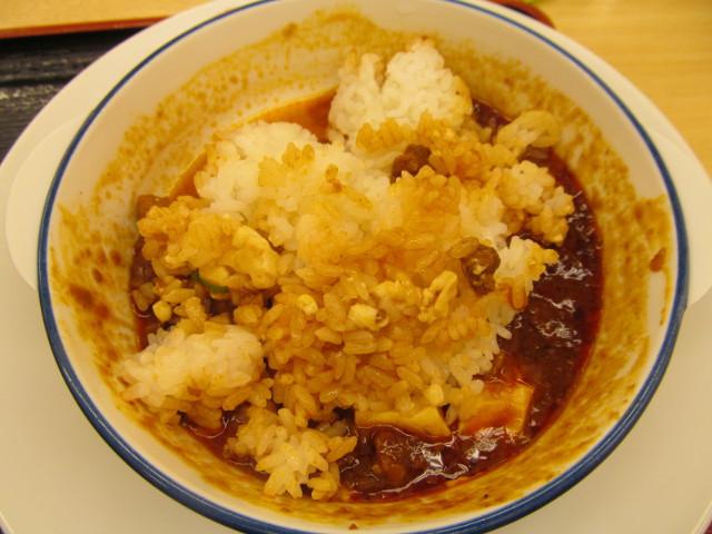松屋四川風旨辛麻婆豆腐定食の麻婆豆腐にライスを投入