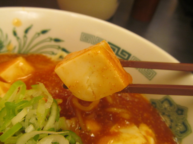 日高屋汁なしラーメン辛子明太子豆腐の豆腐を持ち上げ