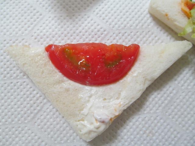 3種のレタスandタコスミートサンドのトマト