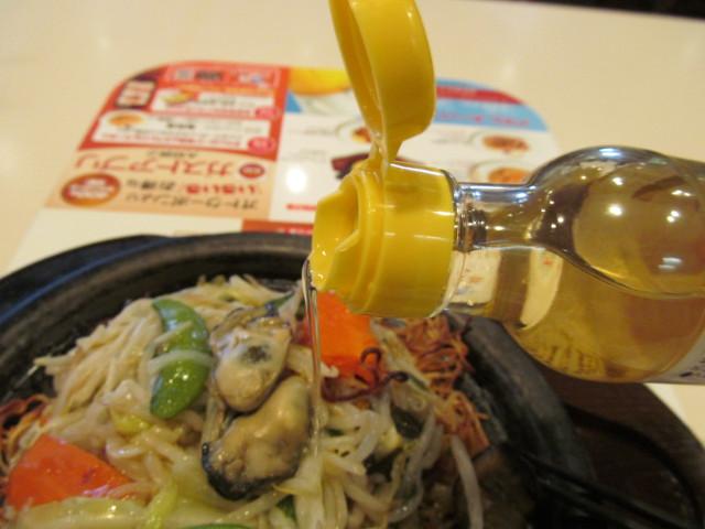 ガスト広島産牡蠣のあんかけ焼きそばに穀物酢を注入