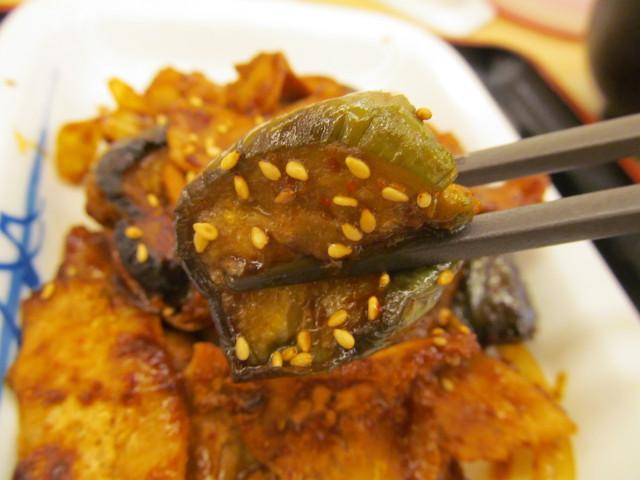 松屋豚と茄子の辛味噌炒め定食の茄子持ち上げ