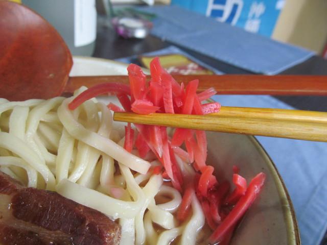 摩文仁の沖縄そばの紅しょうが持ち上げ20151017