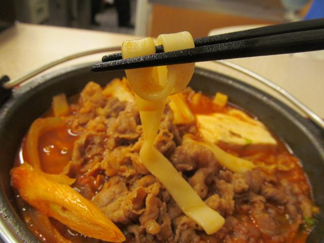 吉野家牛チゲ鍋膳の平麺を持ち上げ