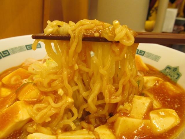 日高屋汁なしラーメン辛子明太子豆腐の麺持ち上げ