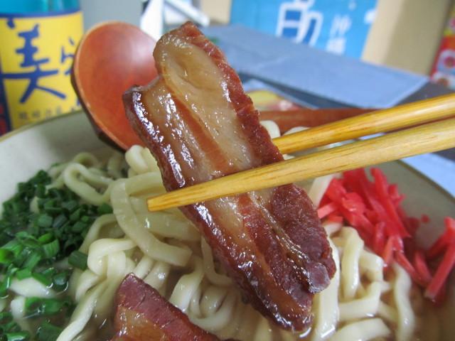 摩文仁の沖縄そばの三枚肉持ち上げ20151017
