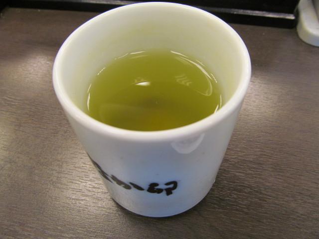 なか卯天然いくら丼特盛の後は冷たい玄米茶で一服