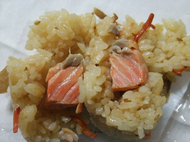 根菜鮭むすびの中身