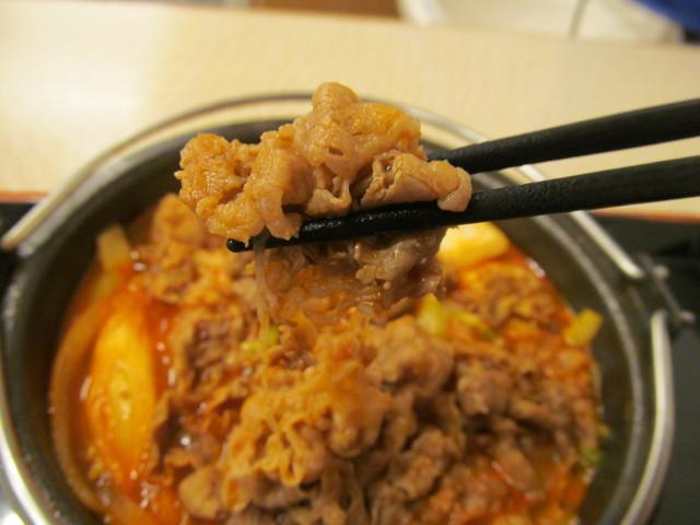 吉野家牛チゲ鍋膳の肉を持ち上げ