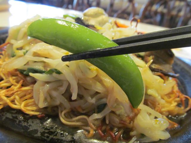 ガスト広島産牡蠣のあんかけ焼きそばのスナップエンドウ持ち上げ