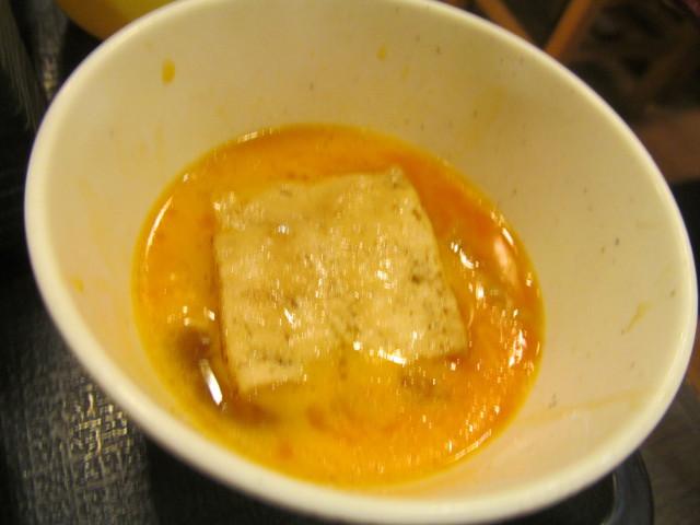 なか卯牛すき焼き鍋膳の生卵に焼き豆腐を投入