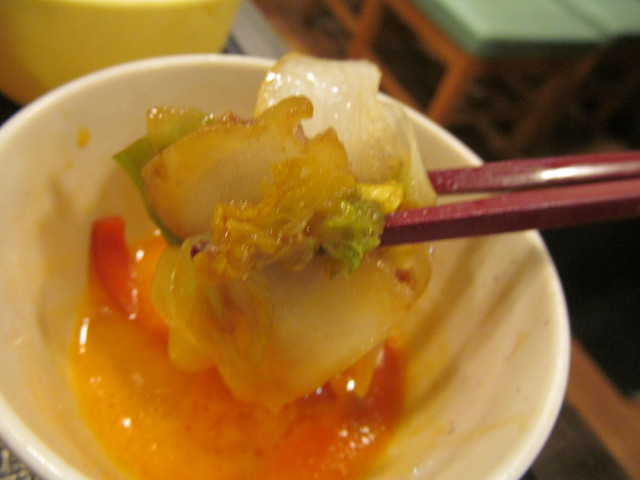 なか卯牛すき焼き鍋膳の生卵から野菜たちを引き上げ