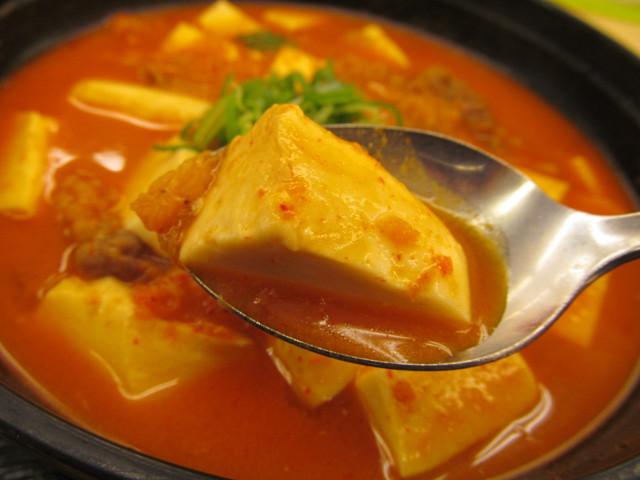 松屋豆腐キムチチゲ膳の豆腐持ち上げ
