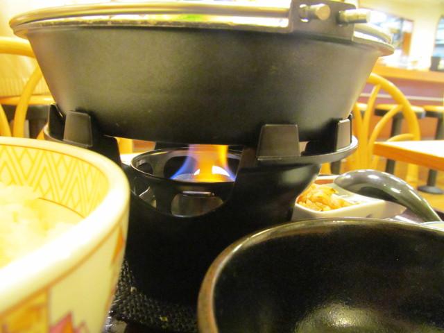 すき家鶏つくね鍋定食の鍋の下はメラメラ