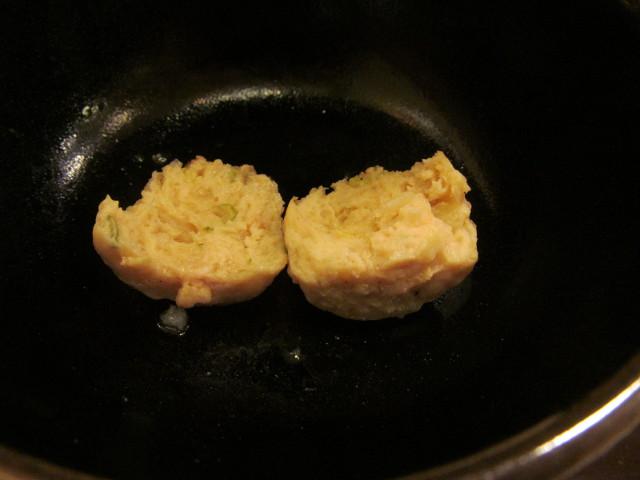 すき家鶏つくね鍋定食の鶏つくねを2つに割る