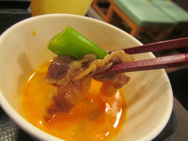 なか卯牛すき焼き鍋膳の生卵に牛肉と青ねぎ