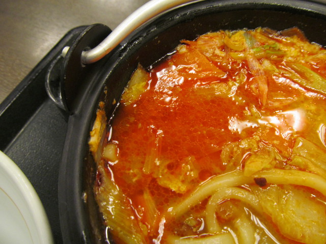 なか卯鶏担々鍋膳の鍋のスープがオレンジ色に