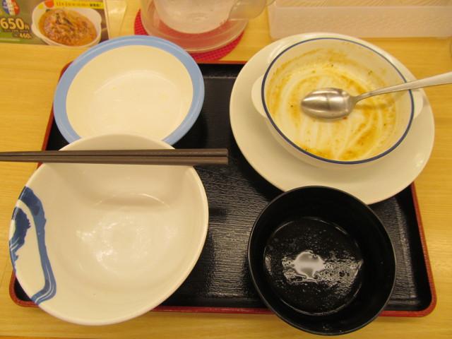 松屋シャンピニオンソースハンバーグ定食ライス大盛を完食完飲
