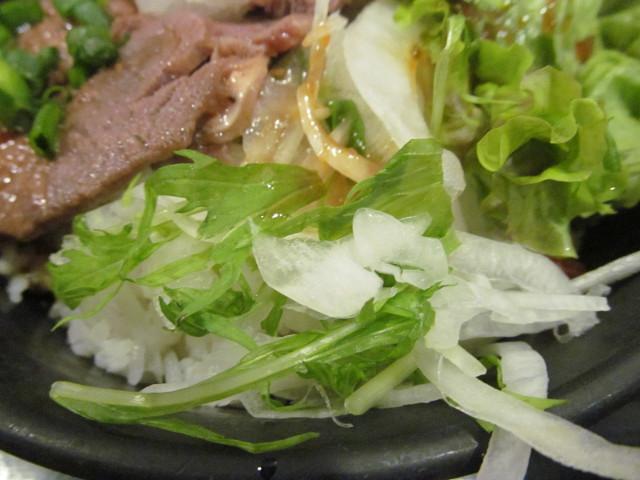伝説のすた丼屋和風みすじステーキ丼の水菜と玉ねぎ