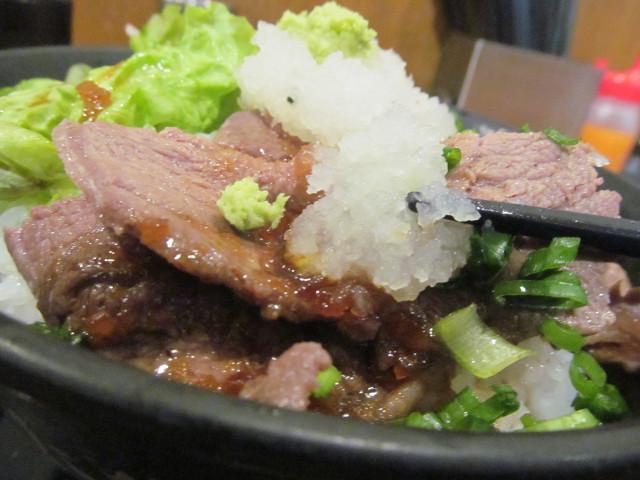 伝説のすた丼屋和風みすじステーキ丼のステーキに大根おろしとわさびを載せる