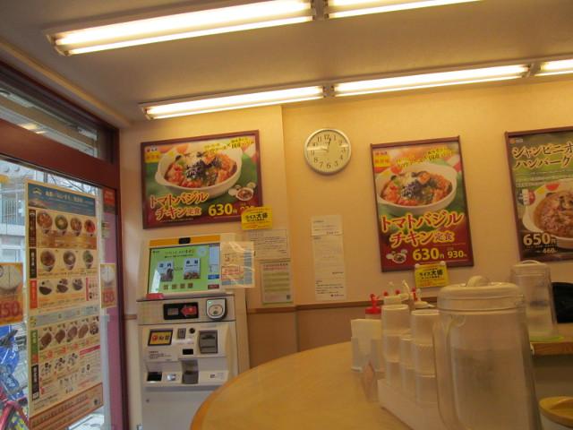 松屋店内のトマトバジルチキン定食ポスター