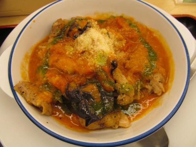 松屋トマトバジルチキン定食のトマトバジルチキン